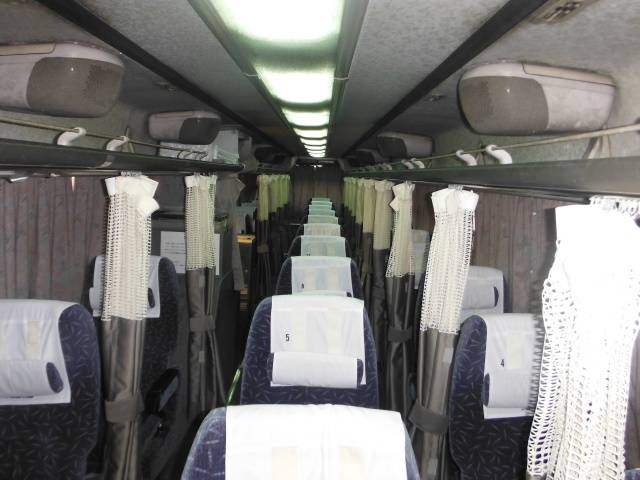車内の様子。2階建て車両の3列独立シート車内と同様にカーテンがついています 画像提供:関東自動車
