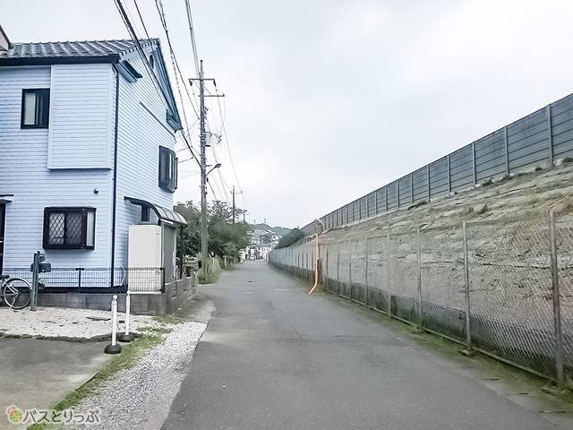 下り中央道八王子バス停への道