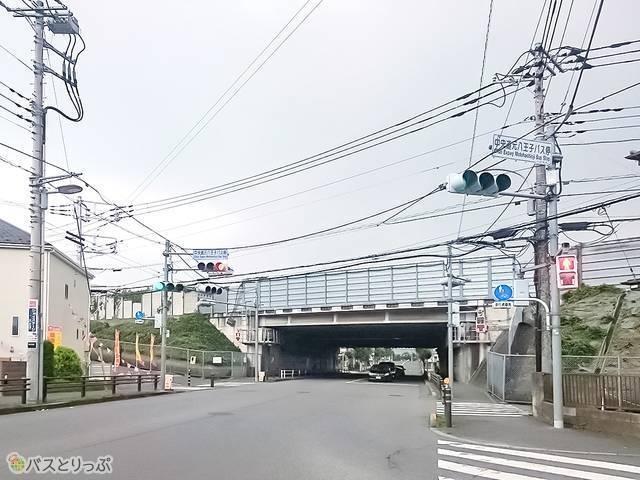 中央自動車道沿いの道路