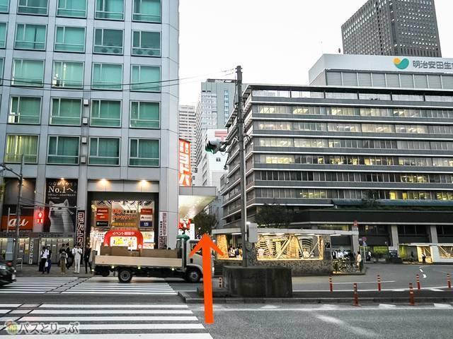 京王百貨店を背に横断歩道を渡ります