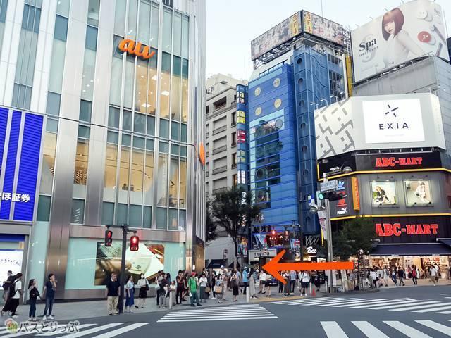 「新宿駅東口交差点」みずほ銀行とABC-MARTの間の道、モア3番街を直進
