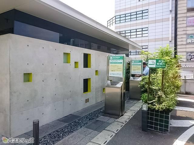 甲府駅南口広場の武田信玄像近くの喫煙所