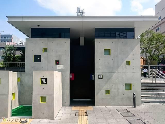 甲府駅南口広場の武田信玄像近くのトイレ