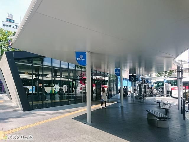 甲府市観光案内所・バスセンターの前