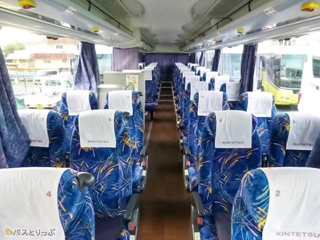 車内の座席は横4列×縦11列