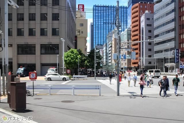 左奥の建物が新宿警察署