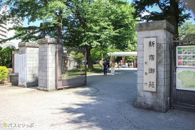 新宿御苑の新宿門