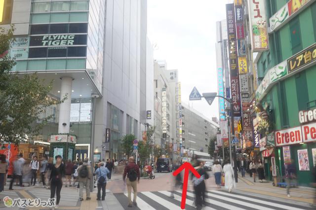 ビルの間の道を、JR新宿駅を左側に見ながら信号のある通りまでひたらすら直進!