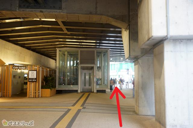 コインロッカーやエレベーターの脇を直進