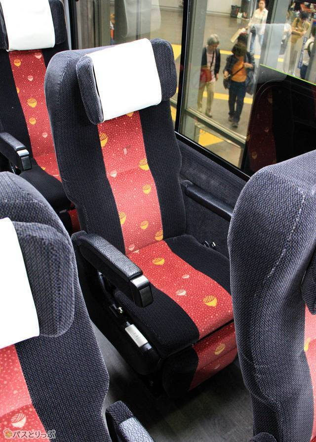 シートは隣席と一直線にならないように配置されています