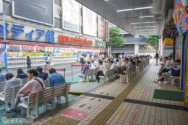 高速バス乗車待機列に当時の面影が見られる/旧.新宿西口高速バスターミナルにて