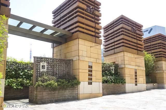 六本木ヒルズの喫煙所入口。奥には東京タワーが見える