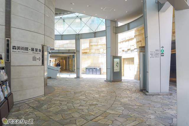 ミュージアムコーン1Fエレベーター前が「団体バス乗降場(車寄せA)」