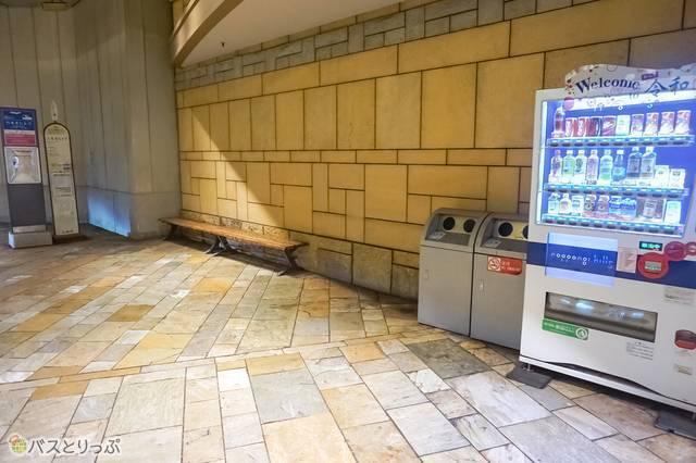 六本木ヒルズ高速バス乗り場には、ベンチと飲み物の自動販売機、ゴミ箱のみがある