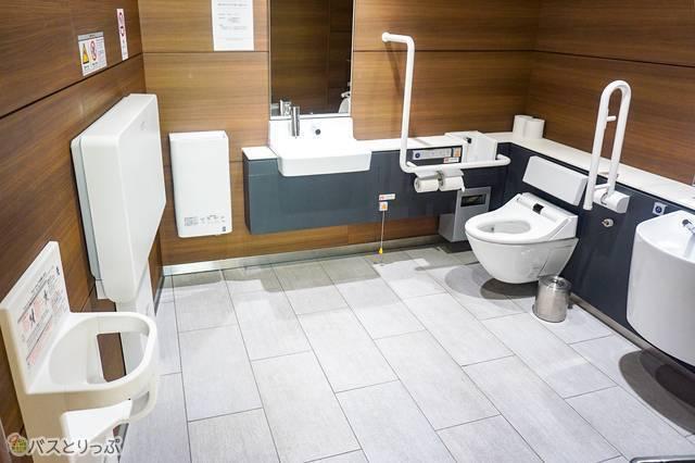 多機能トイレにはオムツ替え台もある