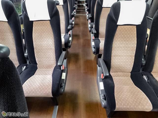 通路を挟んだ座席とは一直線にならないよう配置されています