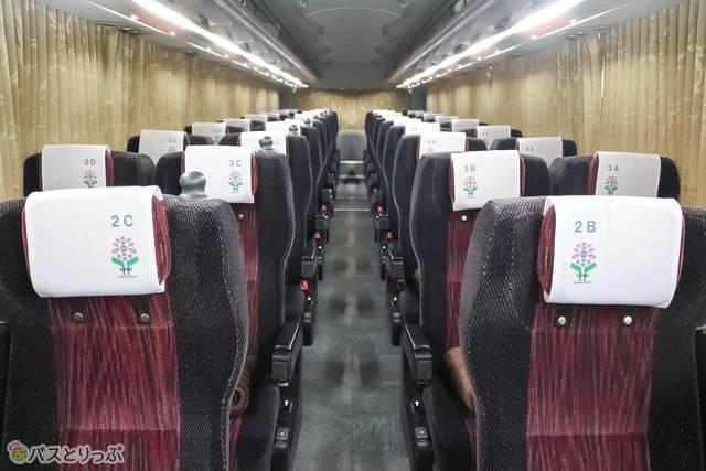 車内の様子。ワインレッドの座席シートとカーテンのコントラストが上品な雰囲気を作り出しています