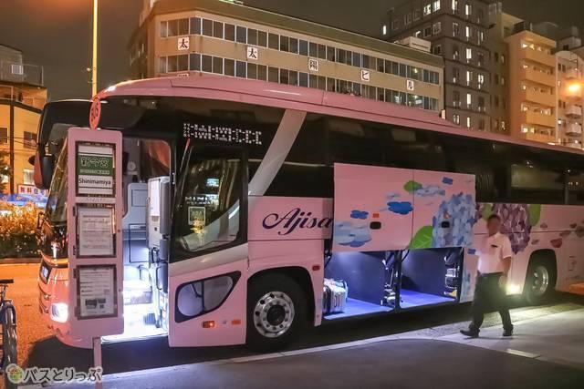 ホテル前のバス停。サインもバスの色と合わせたピンク色です