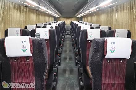 「4列シート」と「4列ゆったりシート」何が違うの? ピンクで可愛い高速バス「あじさい観光バス」のシートを徹底比較
