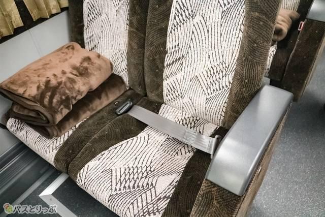 シートベルトは腰につける2点式。それにしてもブランケットがふかふか!