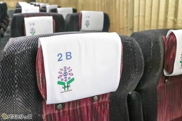 座席ナンバーはヘッドレストに。ナンバーを見上げて確認する必要がないので嬉しいサービス