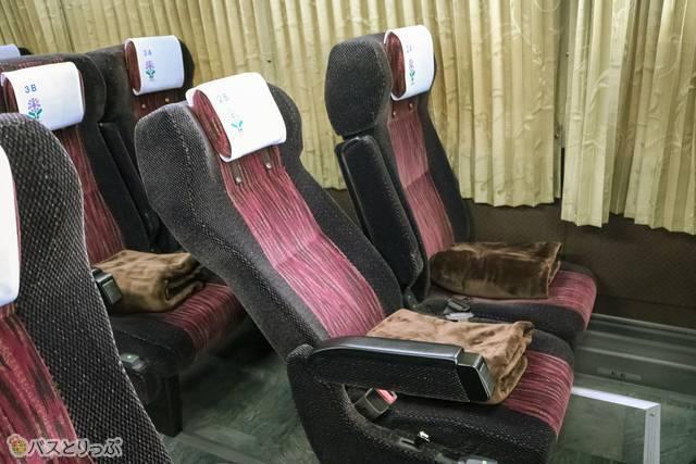 座席の様子。リクライニング角度は倒していない座席と比較するとこのくらい