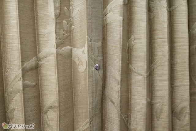 カーテンのボタンにはちょっとした工夫が。留める部分がカーテンの山折りと重なっているので開きにくい!