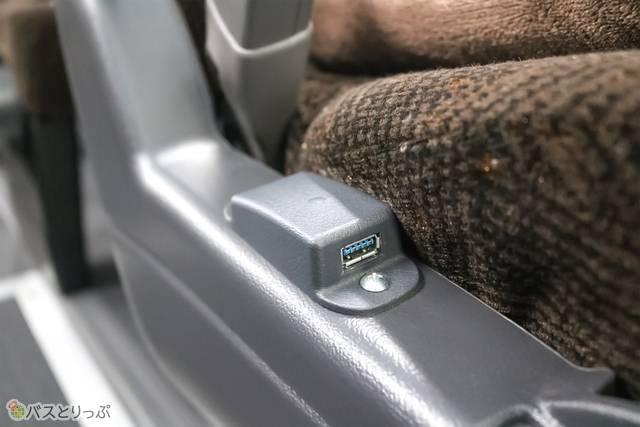 USBポート付きで携帯電話などの充電が可能