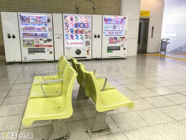 他に待合室などはありませんが、東武宇都宮駅改札を出たところに自販機と休憩できる椅子があります