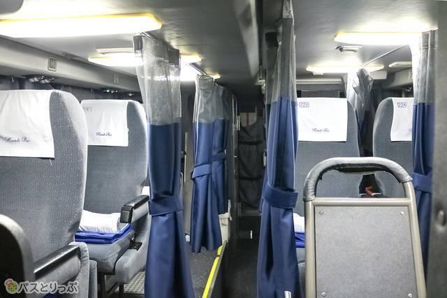 バス車内1階の運転席側から見た様子。座席数は6席です