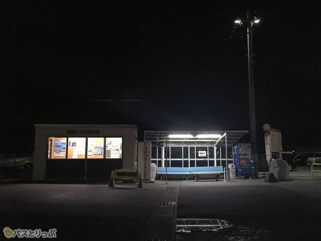 バス停&待合室の様子。自販機もここにあります