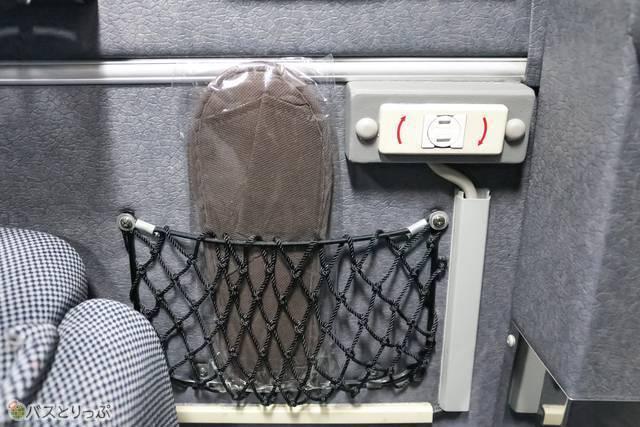 壁側のポケットにはスリッパ、そして電源コンセントがあります