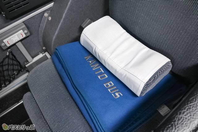 1階と同様、座席には枕とブランケットがあります。枕は少し固め