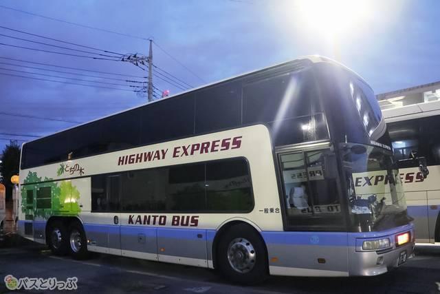 3列独立シートの2階建てバス車両外観