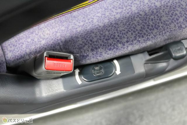 シートベルト横に充電用のコンセントがあります