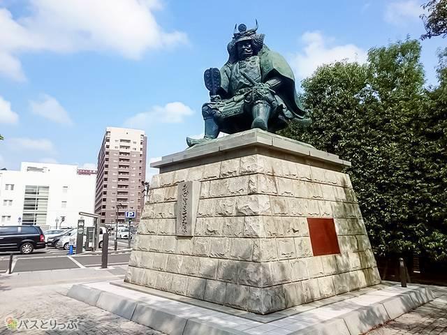 甲府駅南口広場の武田信玄像