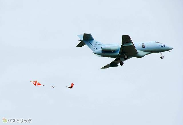 U-125Aから救援支援物資が投下されます