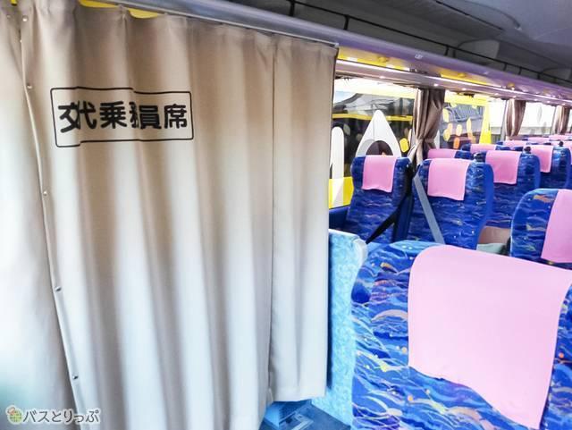最前の右側席は乗務員用