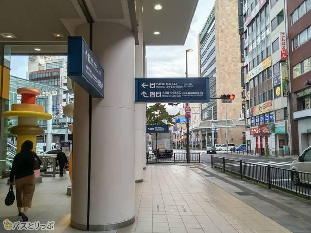 バス停から見た駅側の様子。サインがたくさんあってわかりやすいですね