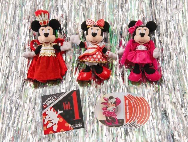 ポージープラッシーコスチューム 各2,200円、ポストカードセット 1,300円  ※ポージープラッシーは別売り(c)Disney