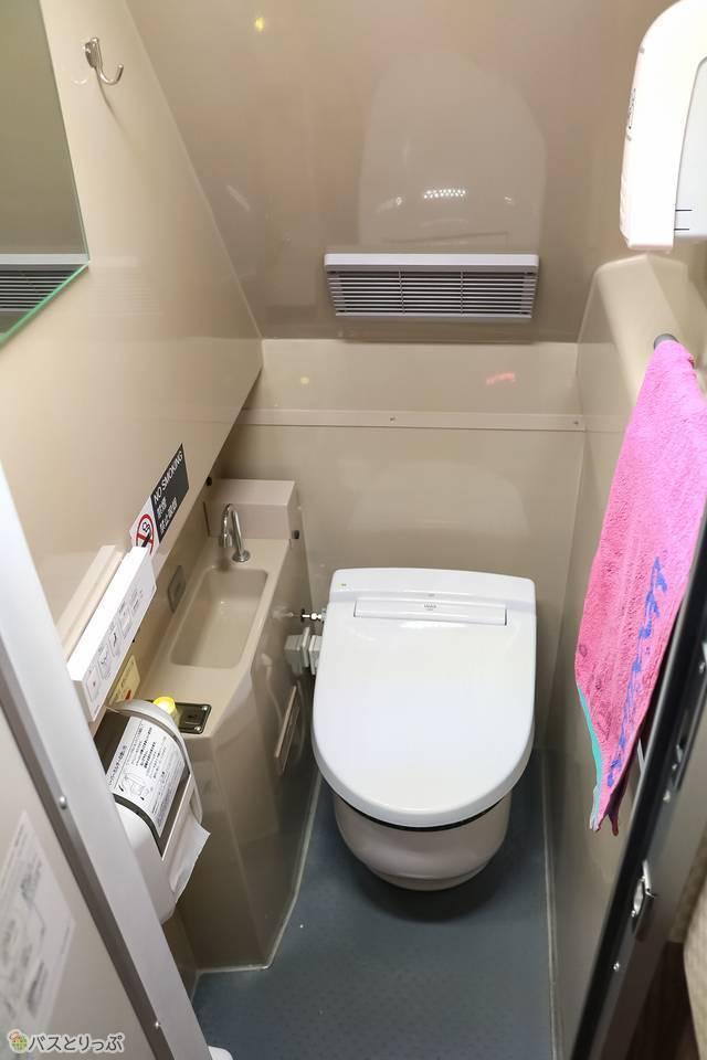 トイレの中。こじんまりとしていますが清潔です!