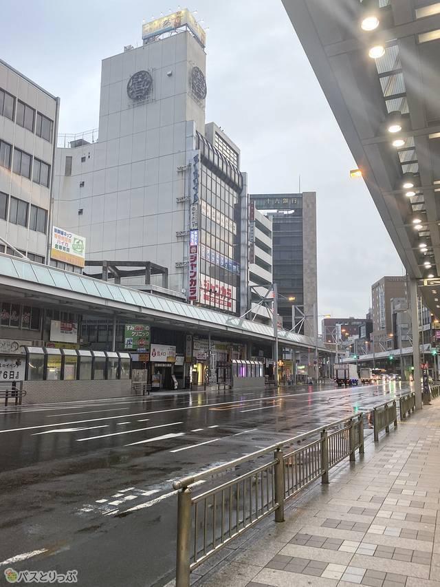 バス停を降りて、名鉄岐阜駅まではアクセス簡単。屋根もあるので雨に濡れずに移動できました