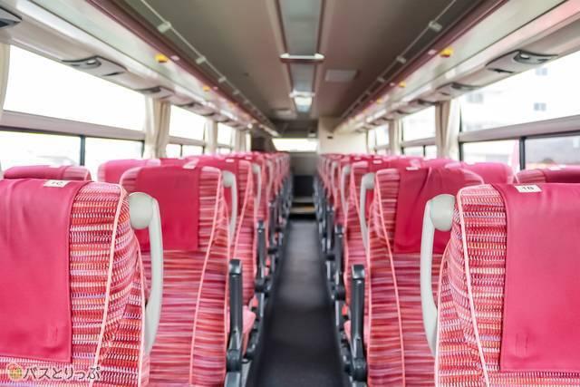 車内前方からの様子。座席数は全部で42席あります