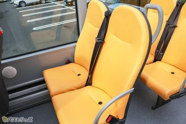 座席の様子。シートベルトは斜めがけです