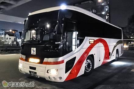 山陽バス「レッツ号」のカーテン付3列独立シートで東京・神奈川~関西間を移動! 深いリクライニングとボタン付ブランケット