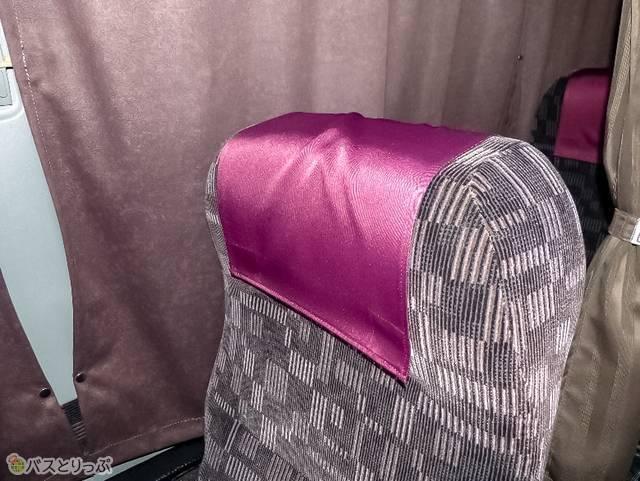 ヘッドシートは紫がかったピンク色