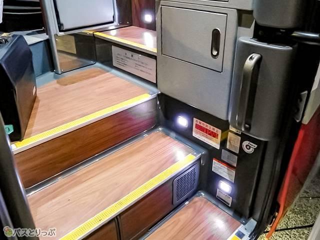 階段も木目調。乗車時にはライトアップ