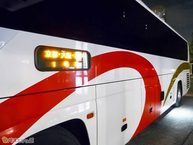 車体横。白地に赤のデザインは夜にも見つけやすい