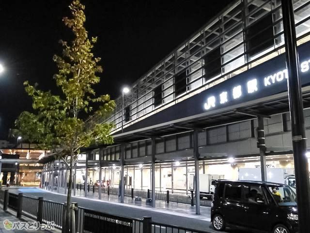 まだ暗い朝の京都駅。どの電車も空いてます