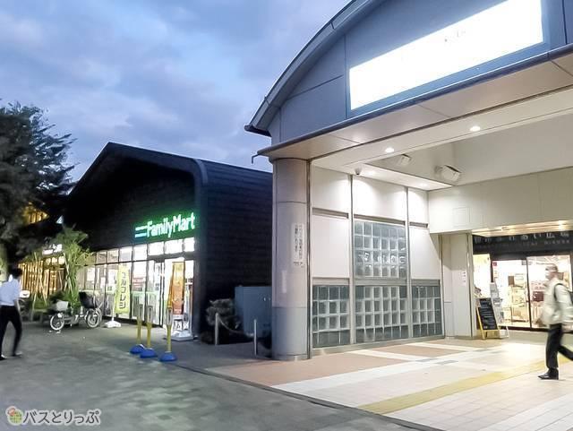 玉川上水駅北口。すぐ隣にコンビニあり